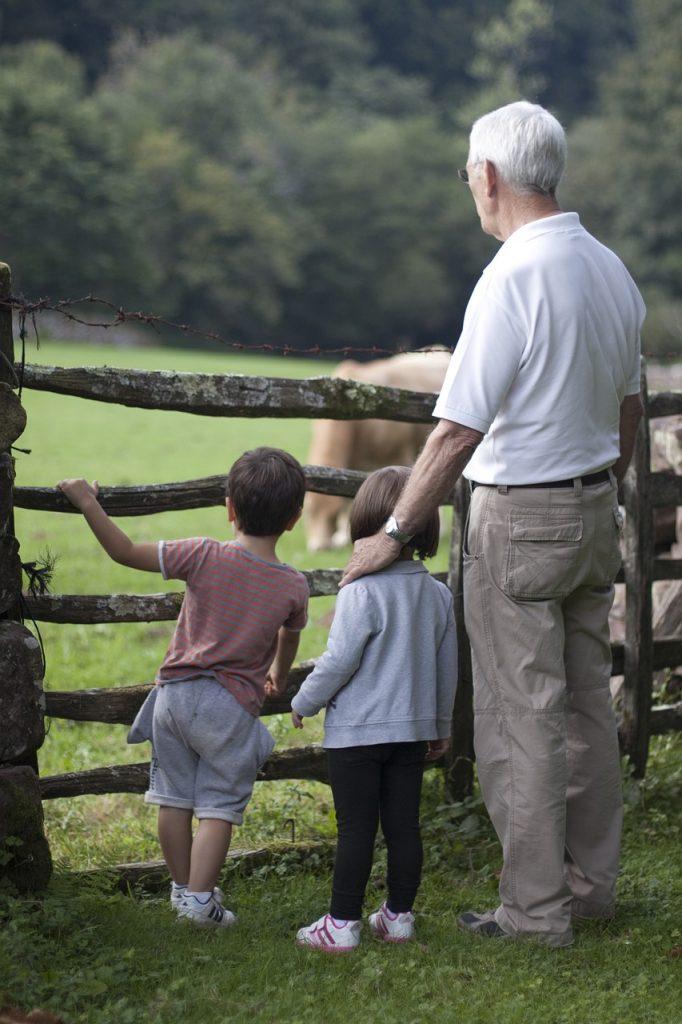 dziadek z wnukami a farmie
