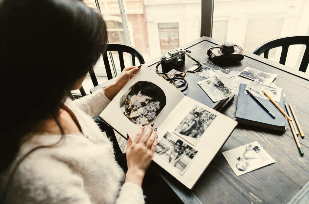 kobieta oglądająca zdjęcia