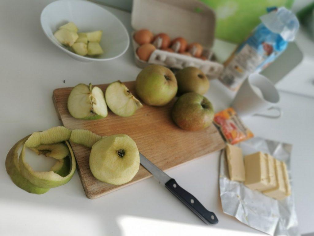składniki na szrlotkę: jabłka, mąka, margaryna