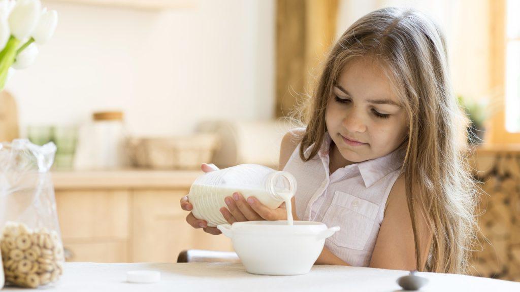 dziecko nalewa mleko