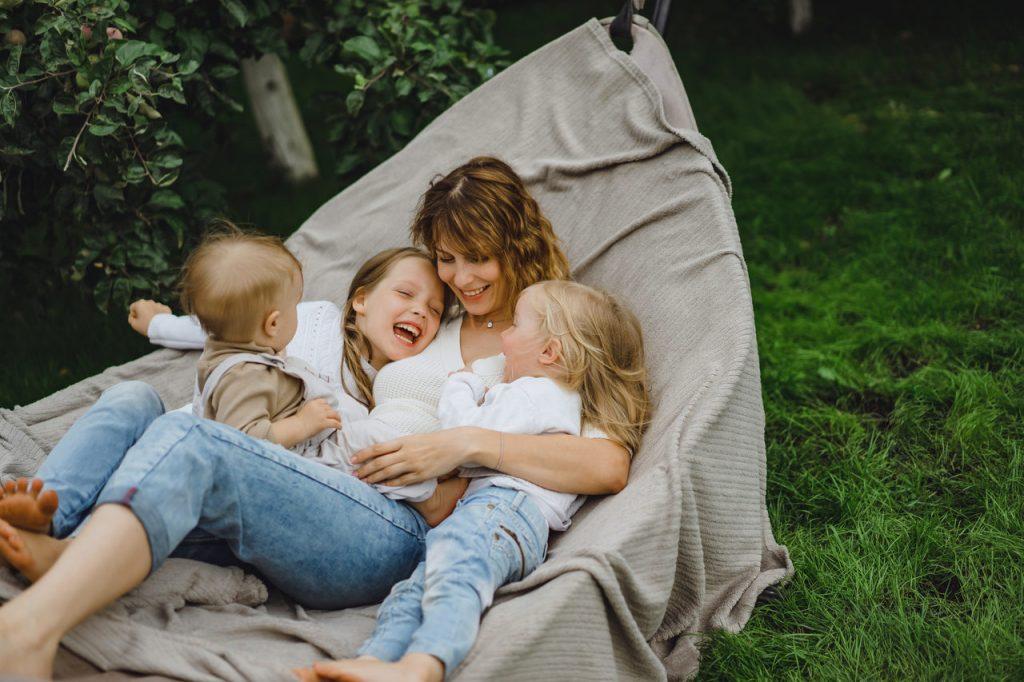 mama z dziećmi na hamaku