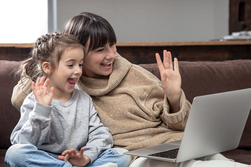 mama z córką przed laptopem